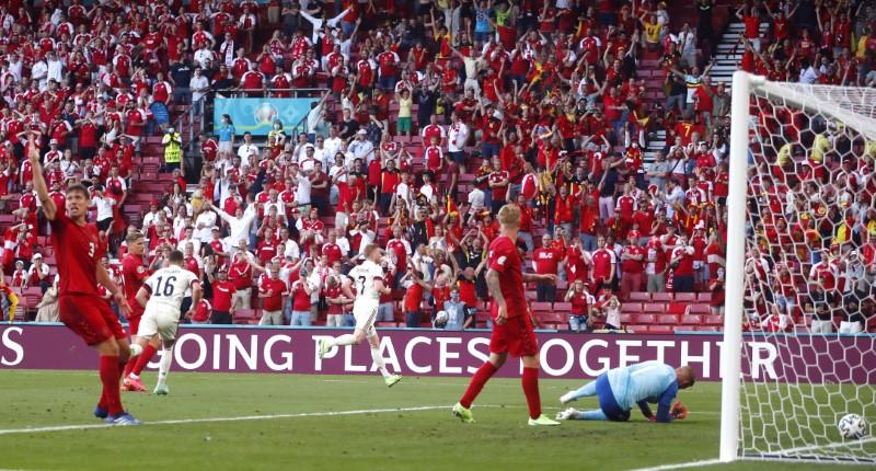 Bélgica vence 2-1 a Dinamarca y se mete en octavos de final de la Eurocopa